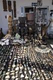 Tienda de souvenirs peruana del arte hecha de la madera, del cuero y de las conchas marinas imagen de archivo