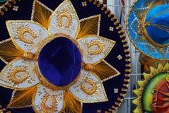 Tienda de souvenirs que vende los sombreros mexicanos Foto de archivo