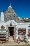 Tienda de souvenirs de Trullis en Puglia, Italia Imágenes de archivo libres de regalías
