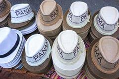 Tienda de souvenirs turística Brimmed casual brillante ciudad de Panamá de la fila de la ropa de los sombreros imagen de archivo