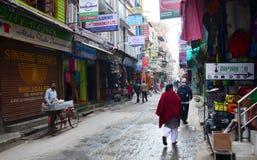 Tienda de souvenirs y gente local en la calle en el mercado de Thamel Fotos de archivo