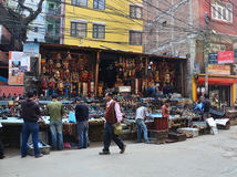 Tienda de souvenirs y gente local en la calle en el mercado de Thamel Imágenes de archivo libres de regalías
