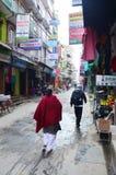 Tienda de souvenirs y gente local en la calle en el mercado de Thamel Fotografía de archivo