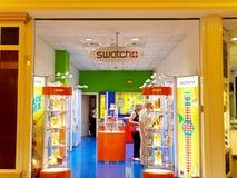 Tienda de Swatch en Roma, Italia con hacer compras de la gente Fotografía de archivo libre de regalías