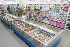 Tienda de ultramarinos, estantes y artículo de los productos estantería Fotos de archivo libres de regalías