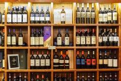 Tienda de vino con las botellas de vino en estantes foto de archivo