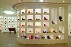 Tienda de zapatos de las señoras foto de archivo libre de regalías
