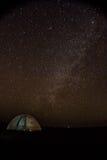 Tienda debajo del cielo estrellado en poco Rann de Kutch Fotografía de archivo