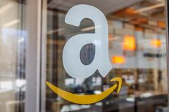 Tienda del Amazonas en Purdue Los clientes de una tienda del ladrillo-y-mortero pueden recibir productos del Amazonas COM IX imagen de archivo