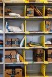 Tienda del Amazonas en Purdue Los clientes de una tienda del ladrillo-y-mortero pueden recibir productos del Amazonas COM VIII foto de archivo