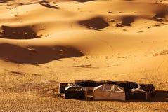 Tienda del Berber en el desierto imagenes de archivo