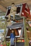 Tienda del campo de la prueba de la mujer y del niño en la exposición anual del campista v fotografía de archivo libre de regalías