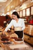 Tienda del chocolate Mujer que trabaja en tienda del chocolate fotos de archivo