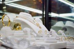 Tienda del diamante de la joyería con los anillos y los collares de la pulsera Fotos de archivo libres de regalías