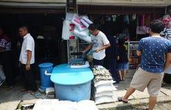 Tienda del equiptment del mercado de pescados imagen de archivo