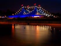 Tienda del estilo del circo con las luces en la noche Foto de archivo