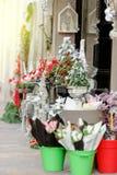 Tienda del florista al aire libre con las flores y las decoraciones de la Navidad Foto de archivo libre de regalías