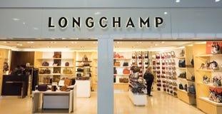 Tienda del frente de Lonchamp en el aeropuerto de París, Francia Longchamp es marca de lujo de la moda distribuida en 100 países  foto de archivo libre de regalías