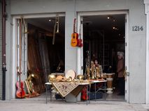 Tienda del instrumento de música en el barrio francés imagenes de archivo