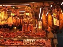 Tienda del jamón en Barcelona imagenes de archivo