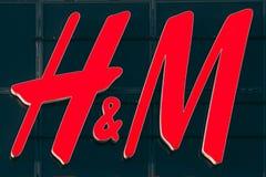 Tienda del logotipo H M Of Hennes Mauritz Brand At Wall Of en tienda foto de archivo