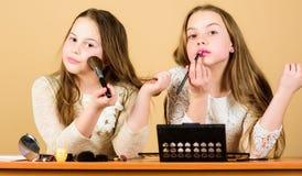 Tienda del maquillaje Experimentaci?n con estilo Arte del maquillaje Explore los cosm?ticos empaquetan concepto Sal?n y tratamien imagen de archivo
