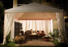 Tienda del partido o de la boda en la noche Foto de archivo libre de regalías