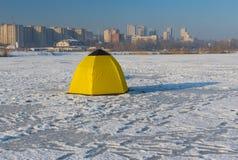 Tienda del ` s del pescador situada en un río congelado de Dnepr en el centro de la misma ciudad, Ucrania Imagen de archivo libre de regalías