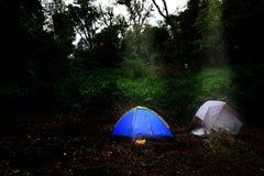 Tienda del turismo de las aventuras que acampa que acampa en el bosque Imágenes de archivo libres de regalías