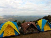 Tienda del turismo que acampa en la montaña superior Fotos de archivo libres de regalías