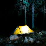 Tienda en bosque en la noche Fotografía de archivo