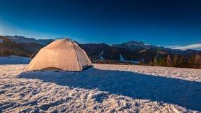 Tienda en el top de la montaña en invierno en Zakopane, montañas de Tatra Imagen de archivo libre de regalías