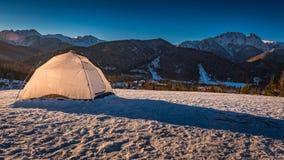 Tienda en el top en invierno en Zakopane, montañas de Tatra Fotografía de archivo libre de regalías