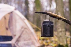 Tienda en juego del WHO en el pote que prepara la agua caliente para el té o el café Fotografía de archivo libre de regalías