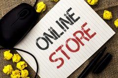 Tienda en línea del texto de la escritura de la palabra El concepto del negocio para Internet relacionó el sitio web del negocio  fotos de archivo