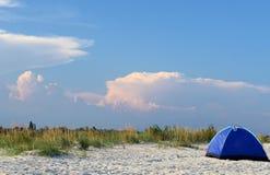 Tienda en la playa en la puesta del sol Fotografía de archivo