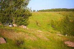 Tienda en un paisaje del verano de la colina Fotografía de archivo libre de regalías