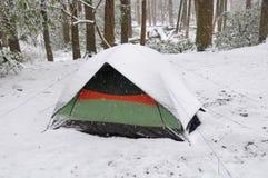 Tienda en una nieve del resorte fotos de archivo