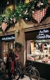 Tienda Francia de la panadería de las salidas de la gente foto de archivo
