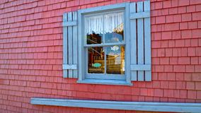Tienda hermosa con una ventana azul en el verano en Charlottetown, Canadá imagenes de archivo
