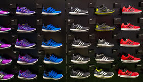 Tienda interior de Adidas en Siam Paragon Shopping Mall en Bangkok, Tailandia foto de archivo