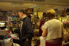 06 08 2015, tienda interior de la caridad de la investigación de cáncer en Linlinthgow en Escocia, Reino Unido Foto de archivo libre de regalías