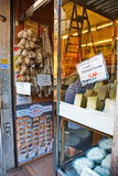 Tienda italiana del queso imagenes de archivo