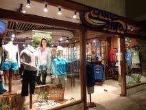 Tienda loca de la camisa en el centro comercial hawaiano real en la noche Foto de archivo libre de regalías