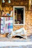 Tienda mediterránea Fotos de archivo libres de regalías