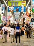 Tienda no identificada de la gente en la arcada de las compras de Shinsaibashi Fotografía de archivo