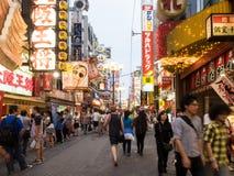 Tienda no identificada de la gente en la arcada de las compras de Shinsaibashi Imágenes de archivo libres de regalías