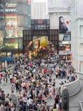Tienda no identificada de la gente en la arcada de las compras de Shinsaibashi Imagen de archivo libre de regalías