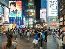 Tienda no identificada de la gente en la arcada de las compras de Shinsaibashi Foto de archivo libre de regalías