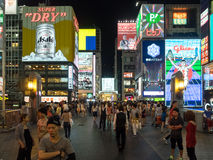 Tienda no identificada de la gente en la arcada de las compras de Shinsaibashi Fotos de archivo